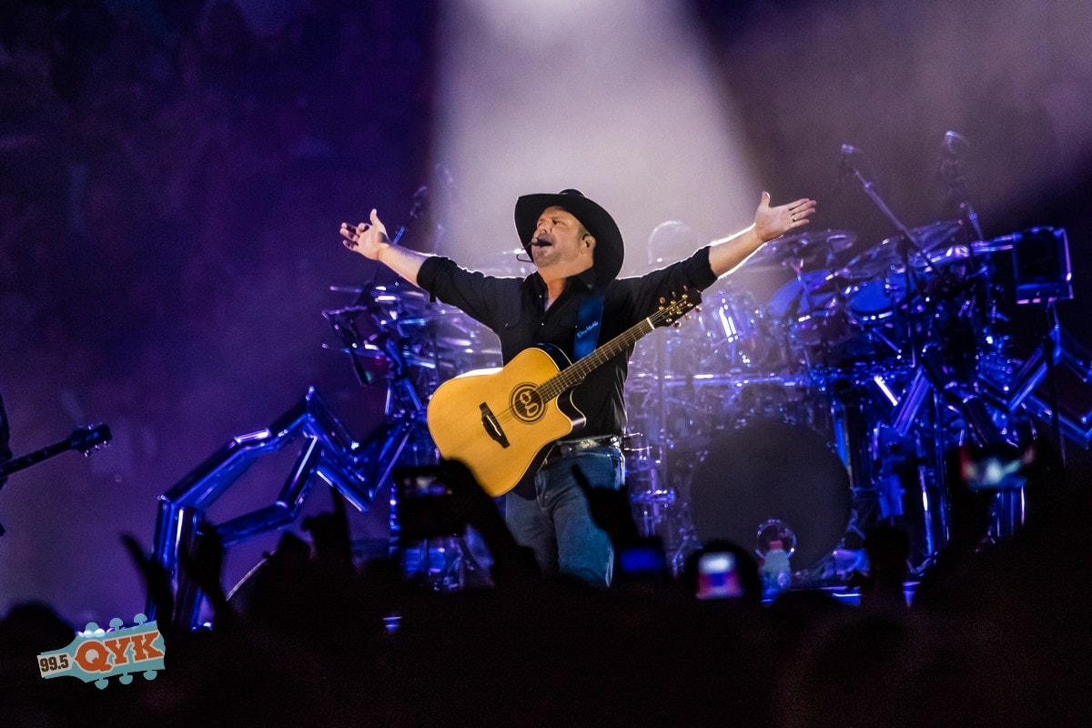 concert photos garth brooks in gainesville. Black Bedroom Furniture Sets. Home Design Ideas